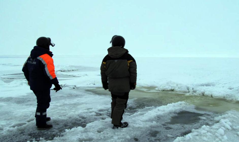 Спасатели с льдины на озере в Омской области сняли двух рыбаков