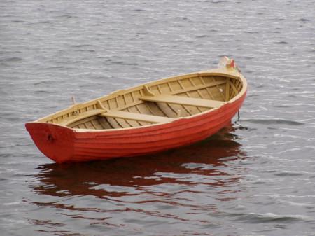 Спасатели нашли мальчика и мужчин, выбравшихся из опрокинувшейся лодки и пропавших