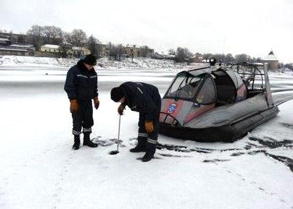 Челябинским спасателям удалось снять со льдины на озере Смолино пожилого мужчину рыбака
